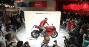Il pubblico di EICMA 2014 saluta Carlos Checa e la Ducati 1299 Panigale